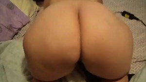 Chubby girl shaking her ass.